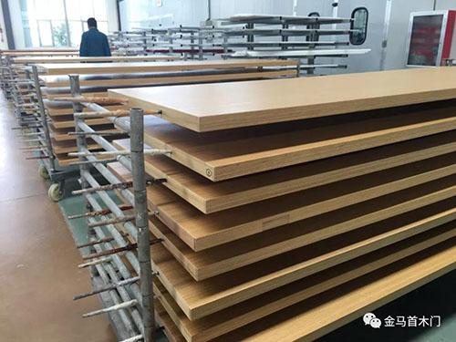 老挝太阳纸业木门生产过程中-山东实木门生产厂家金马首